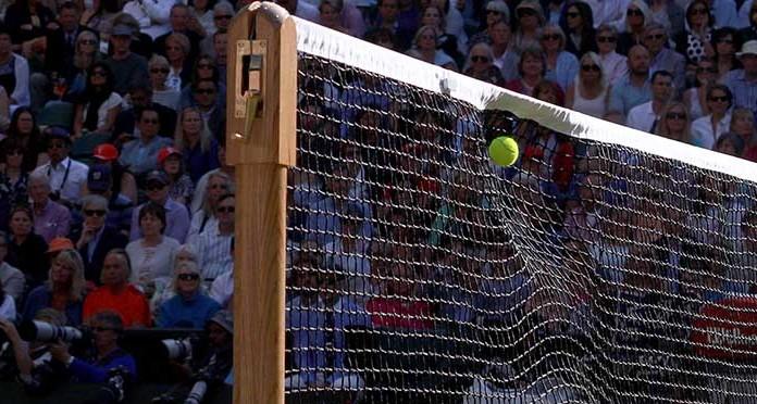 Balle dans un filet de tennis