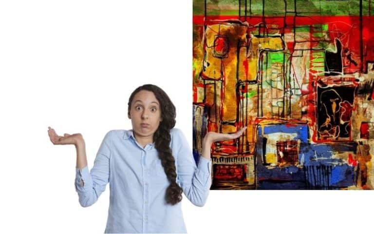 femme perplexe devant tableau d'art abstrait